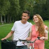 有他们的自行车的青年人有一个目标 库存图片