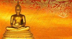 菩萨金雕象金黄背景仿造泰国。 库存图片