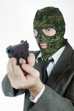 在伪装面具的凶手与手枪 免版税库存照片