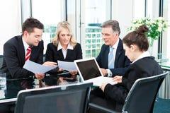 Επιχειρηματίες - συνεδρίαση σε ένα γραφείο Στοκ φωτογραφία με δικαίωμα ελεύθερης χρήσης
