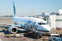 飞机准备好对上在西雅图塔科马国际机场 库存图片