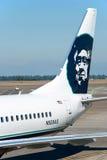波音阿拉斯加航空公司准备好对上在相互的西雅图塔科马 免版税库存图片