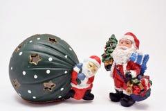 在白色背景的圣诞老人运载的圣诞节礼物 免版税库存图片