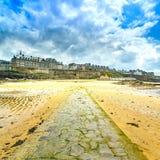 圣马洛湾海滩和石头路,低潮。布里坦尼,法国。 免版税库存图片