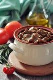 在一个陶瓷罐的墩牛肉 库存图片