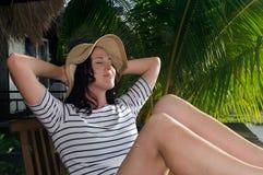 妇女在热带海岛上的旅行假期时放松 免版税库存照片