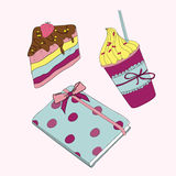 Розовый комплект девушки. Сладостные пирожное, кофе и тетрадь Стоковая Фотография