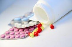 药片和片剂的混合在桌上 免版税图库摄影