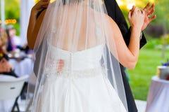 新娘和新郎首先跳舞 免版税图库摄影