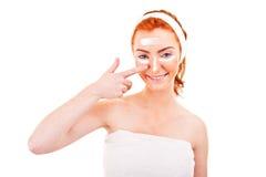 Γυναίκα κρέμας προσώπου που εφαρμόζει την κρέμα δερμάτων κάτω από τα μάτια. Μάτι ομορφιάς Στοκ Εικόνα