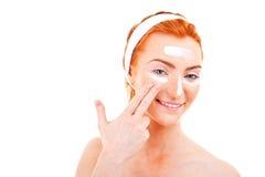 Γυναίκα κρέμας προσώπου που εφαρμόζει την κρέμα δερμάτων κάτω από τα μάτια. Μάτι ομορφιάς Στοκ Φωτογραφία