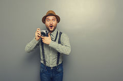 Κατάπληκτος νεαρός άνδρας με τη κάμερα Στοκ Φωτογραφίες