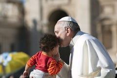 弗朗西斯教皇亲吻孩子 免版税库存照片