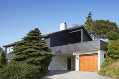 Современный деревянный дом с гаражом в Норвегии Стоковая Фотография RF
