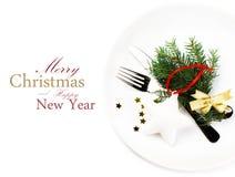 圣诞节与欢乐装饰的桌设置在白色板材 免版税库存照片