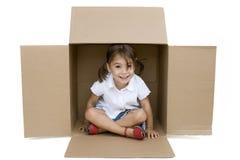 девушка коробки внутри немногой Стоковая Фотография