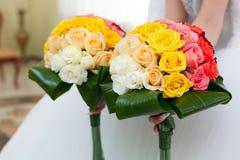 从花的婚礼花束在新娘的手上。 图库摄影