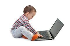 Счастливый мальчик при изолированная компьтер-книжка Стоковое Изображение RF