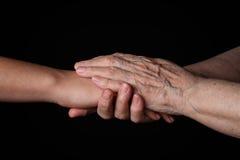握手的孙女和祖母 免版税库存照片