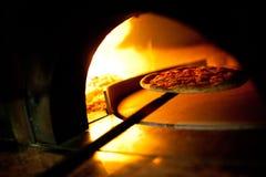 在烤箱燃烧的一个薄饼 免版税图库摄影