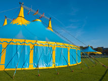蓝色和黄色大帐篷马戏场帐篷 免版税库存图片