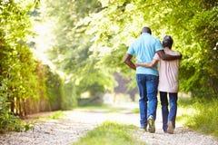 走在乡下的成熟非裔美国人的夫妇 库存图片