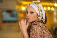 坐在咖啡馆的阿拉伯妇女 库存照片