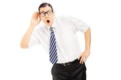 有领带的听年轻英俊的人某事 免版税库存照片