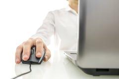 Εργασία στο φορητό προσωπικό υπολογιστή Στοκ φωτογραφία με δικαίωμα ελεύθερης χρήσης
