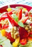 草莓和核桃沙拉 免版税图库摄影