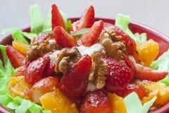 草莓和核桃沙拉 库存图片