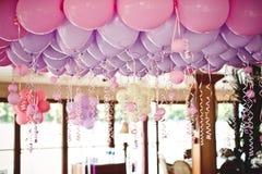 在天花板下的气球在婚礼聚会 免版税库存照片