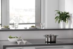有时髦的家具的黑白现代厨房 免版税库存照片