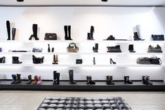Κατάστημα παπουτσιών πολυτέλειας με το φωτεινό εσωτερικό Στοκ Φωτογραφίες