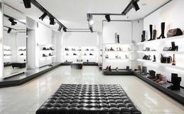 与明亮的内部的豪华鞋店 免版税库存图片