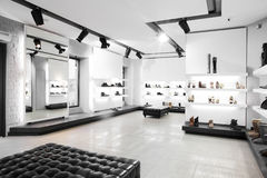 与明亮的内部的豪华鞋店 库存照片