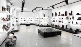 与明亮的内部的豪华鞋店 库存图片