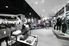 Европейский магазин одежды с огромным собранием Стоковые Изображения RF