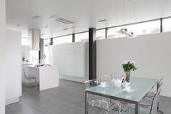 有时髦的家具的现代白色厨房 库存照片