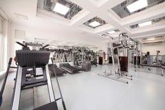 Спортзал с специальным оборудованием, пустым Стоковые Фотографии RF
