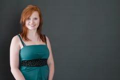 红发年轻微笑的女孩-画象 免版税图库摄影