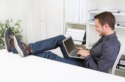 聊天与膝上型计算机的人在办公室。 免版税图库摄影
