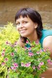 愉快微笑的中年妇女从事园艺 免版税库存照片