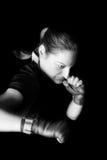 战斗姿势的女性拳击手 免版税库存图片