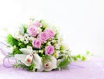 Γαμήλια ρόδινα τριαντάφυλλα και άσπρη ανθοδέσμη ορχιδεών Στοκ Φωτογραφία