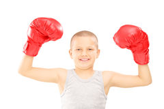 有红色拳击手套的愉快的孩子打手势胜利的 库存照片