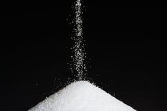 Χύνοντας ζάχαρη Στοκ Εικόνες