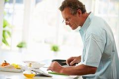 Человек постаретый серединой после рецепта на таблетке цифров Стоковые Фото