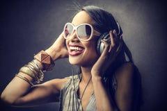Женщина слушая к музыке Стоковое Изображение RF