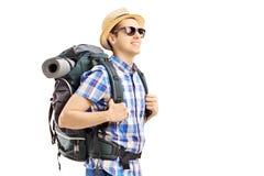 有背包走的男性游人 免版税库存图片